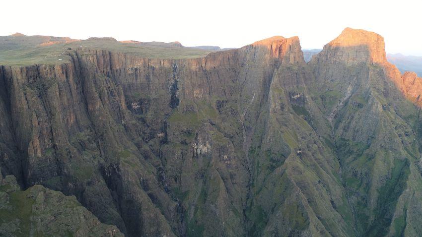 vodopad-tugela-ma-10-kaskad-najvyssia-ma-200-metrov.jpg